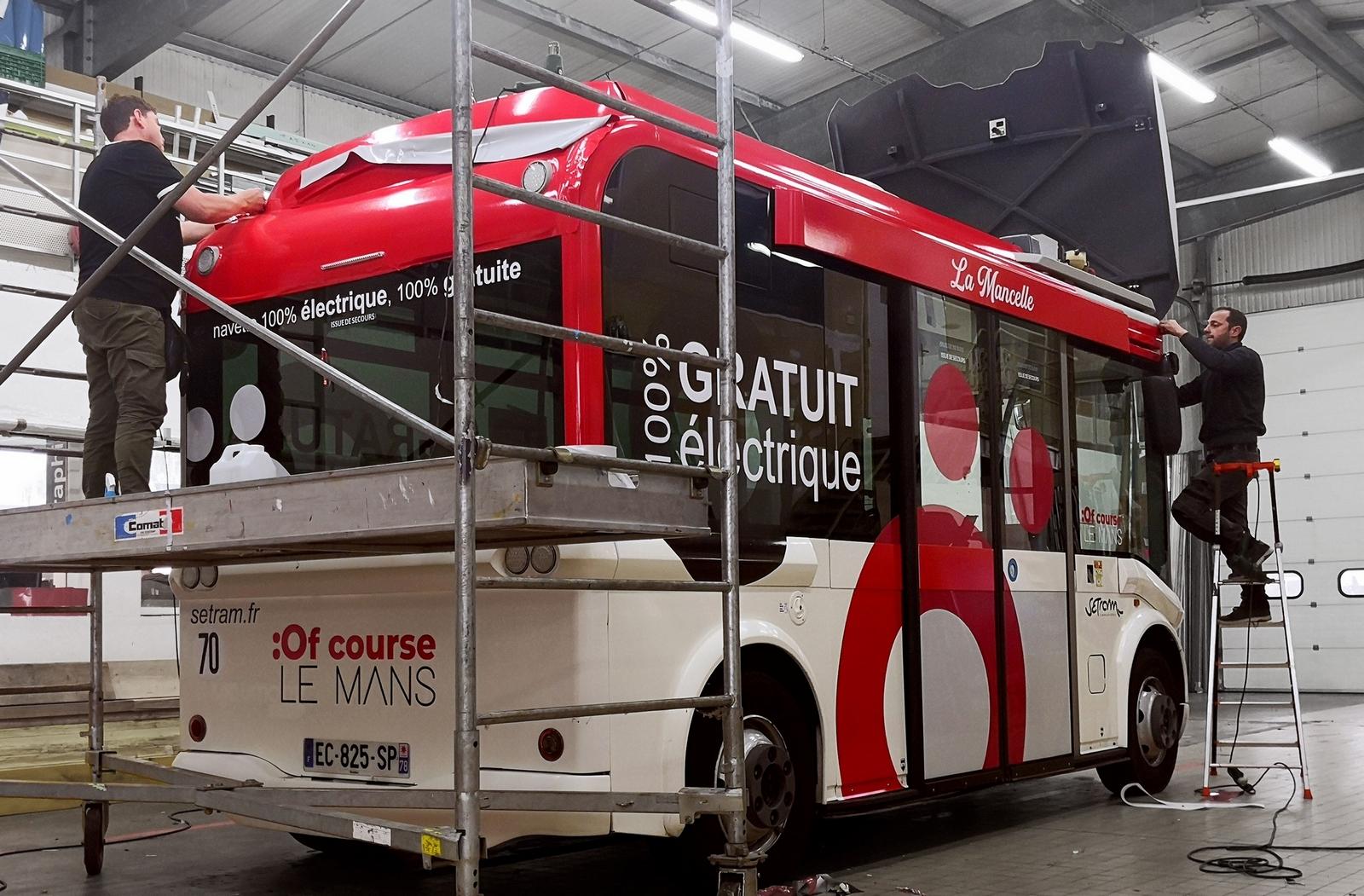 Pose adhésif sur un bus