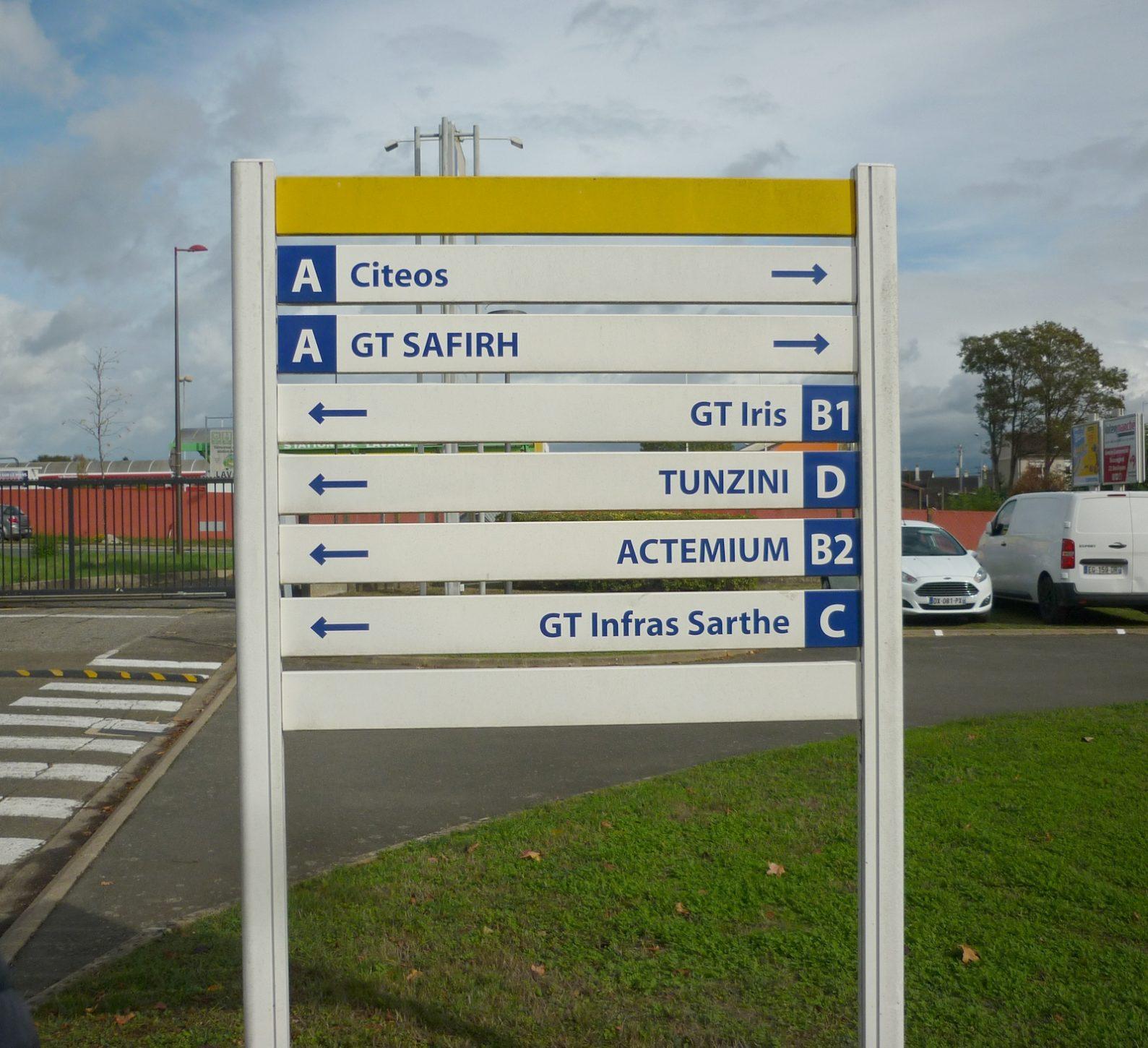 Fléchage pour signal&tique directionnelle sur un site industriel près de Le Mans