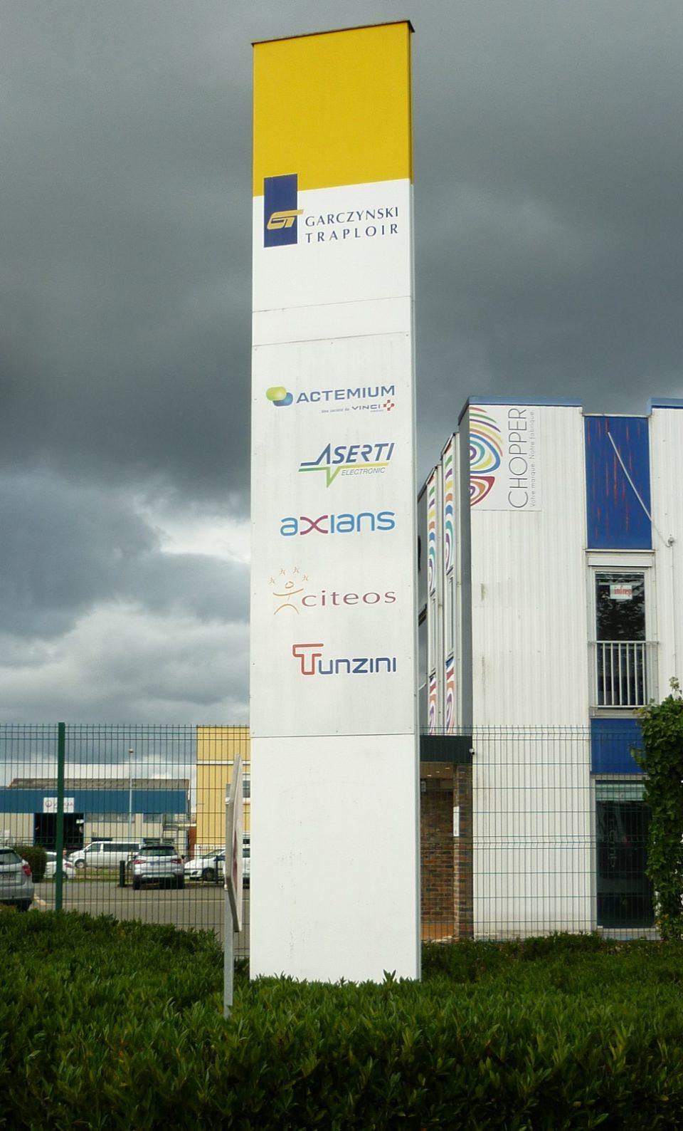 Totem signalétique dans une zone industrielle en Sarthe
